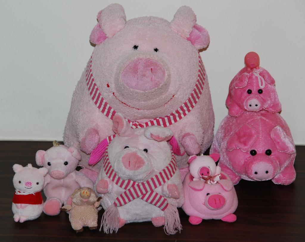 From left to right: Ohaiyo Gozaimasu!, Mein Fleisch gehört mir, Poot Poot, Pee Pee, Poooooooot, Baby Pig, Handphone Holder, Glow Lucky Pig, Ein Euro, Zwei Euro (aka Unglücksbringer)